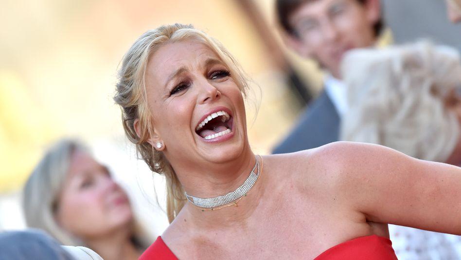 Vom roten Kleid zum roten Bekenntnis: Britney Spears teilt sozialistische Thesen