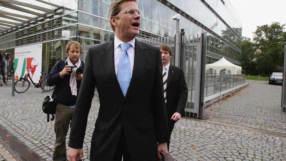 FDP-Chef Westerwelle vor der NRW-Vertretung: Sich in Geduld üben