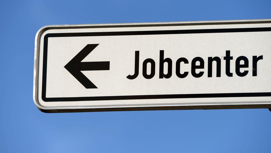 Hinweisschild zum Jobcenter: Behörde zieht vor Gericht