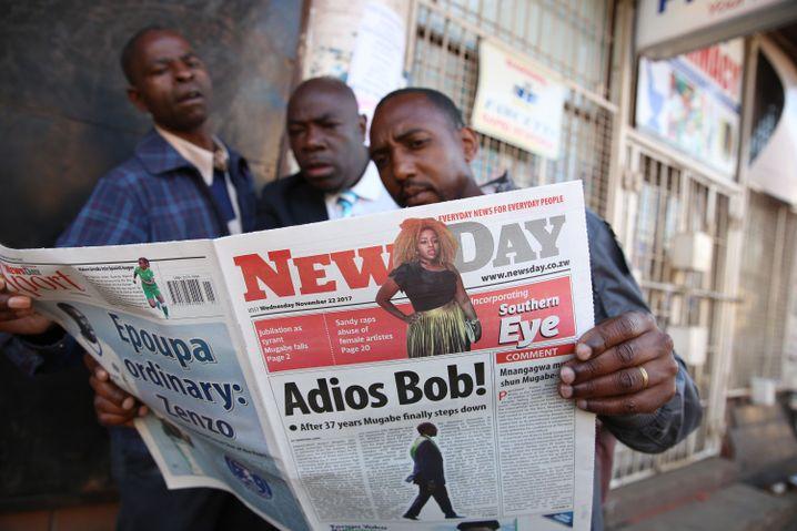 Zeitungsleser in Harare