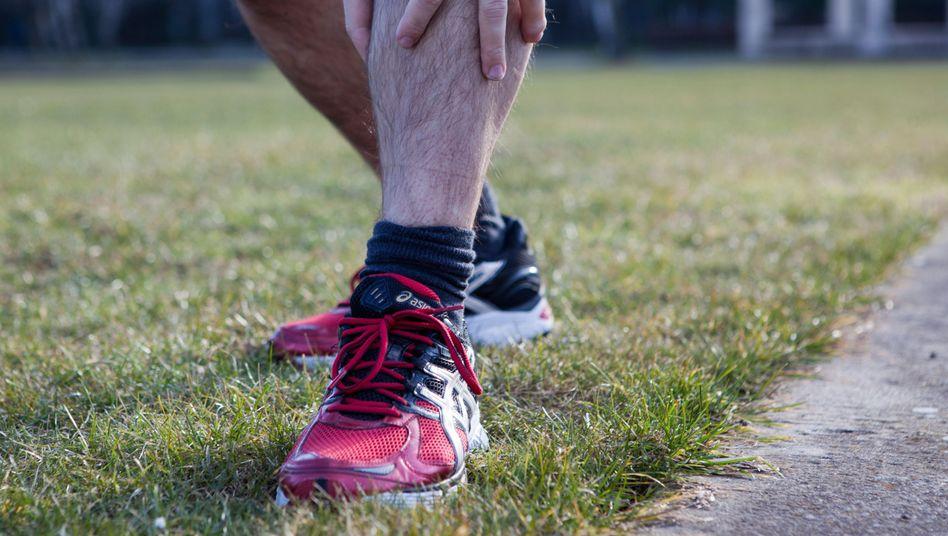 Schmerzen im Schienbein: Die Shin Splints zählen zu den typischen Läuferbeschwerden