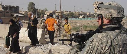 US-Soldat, Zivilisten in Bagdad: Immer den Finger am Abzug