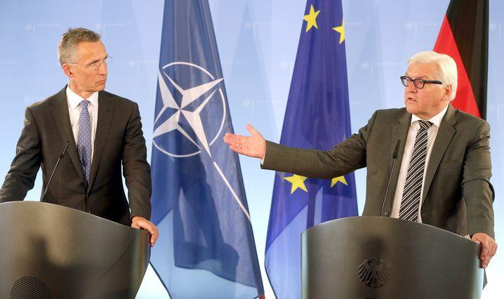 Nato-Generalsekretär Stoltenberg (l.) und Außenminister Steinmeier