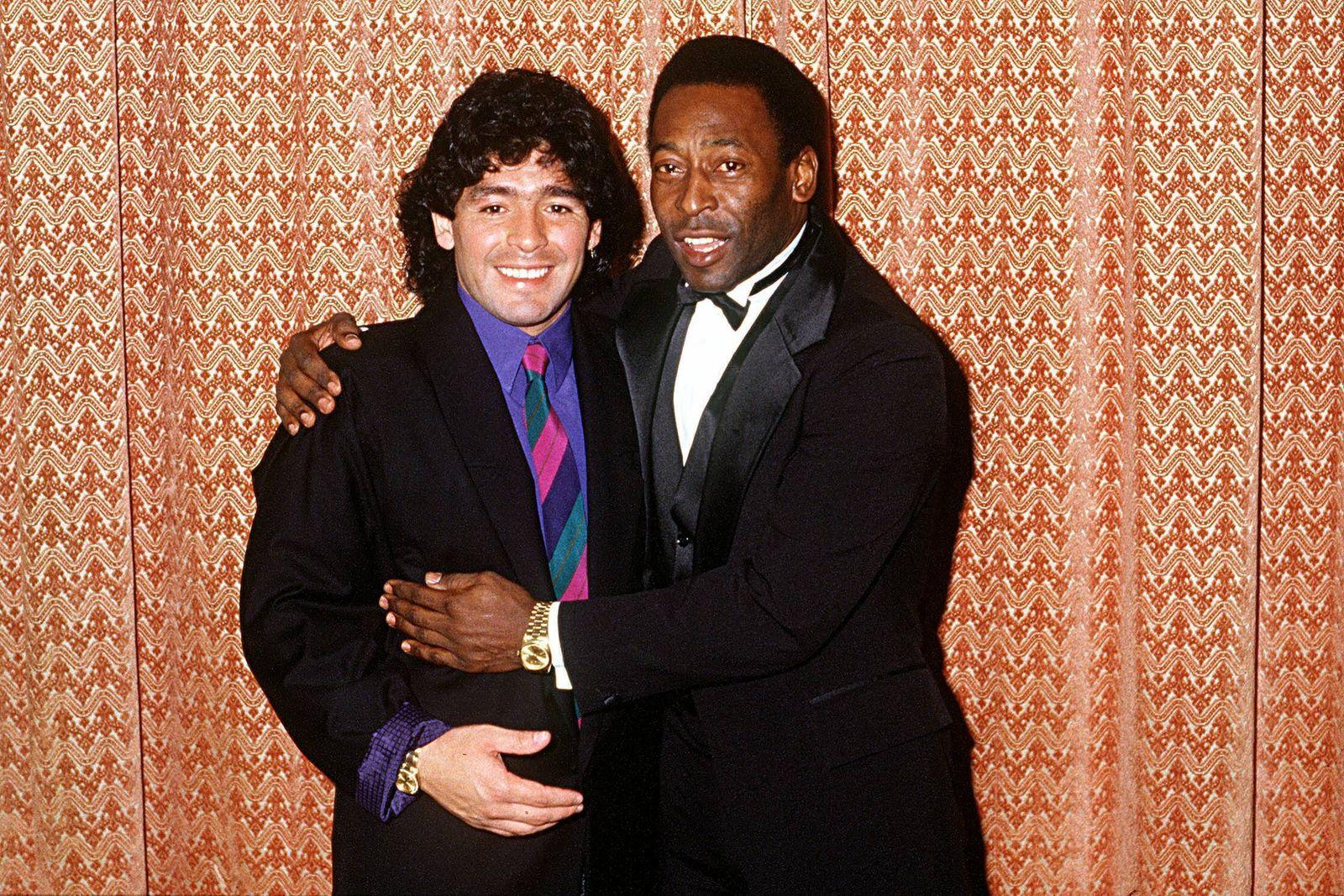 Diego Armando Maradona (li., Argentinien) und Pele (Brasilien)