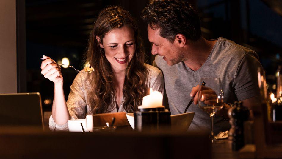 Paar beim Essen (Symbolbild)
