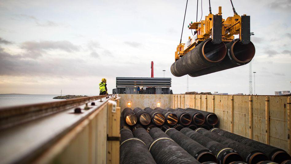 Umladung von verlegefertigen Rohren im deutschen Hafen Mukran
