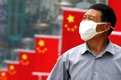 """Maskierter Mann in Shanghai: """"Volkskrieg unter der Führung der Partei"""""""