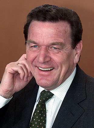 """Ach, wieso nicht beim Altbewährten bleiben? Wir mögen unseren Kanzler so, wie er ist. Empfehlen Sie Gerhard Schröder das Schröder-Outfit, wählen Sie bitte im Vote """"Image Nr. 6""""!"""