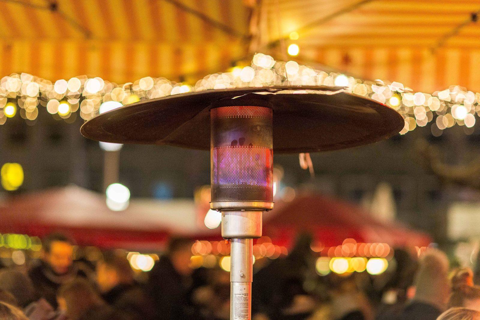 Bochum Symbolfoto Weihnachtsmarkt, 22.11.2018 Ein Heizpilz heizt den Besuchern des Weihnachtsmarktes an einem Gluehwein