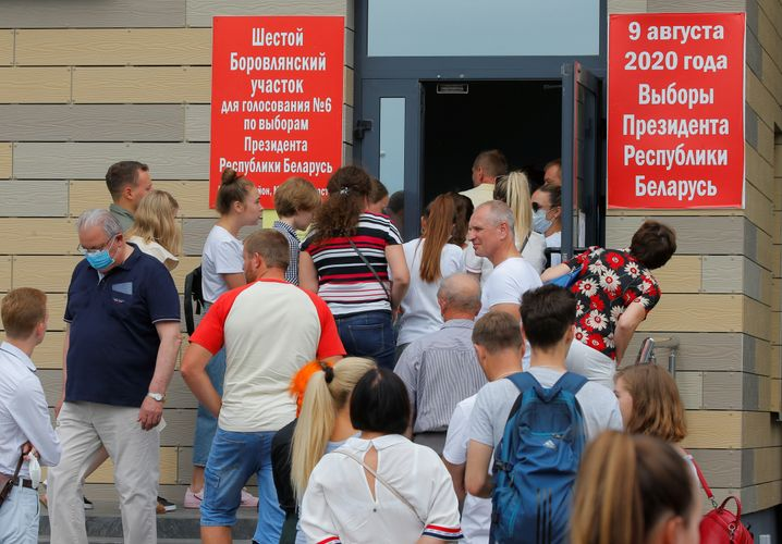 Schlangen vor einem Wahllokal in Barauliany, in einem Dorf bei Minsk