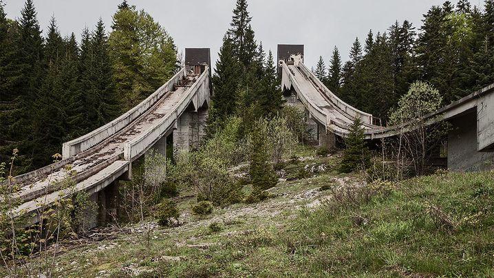 Relikte des Krieges: Schanze im Minenfeld - die Olympia-Ruinen von Sarajewo
