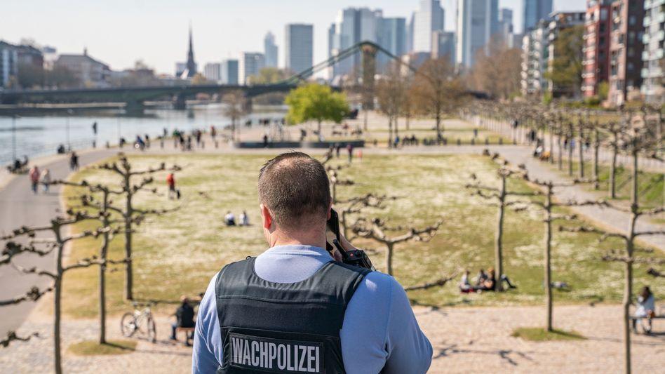 Frankfurter Mainufer am 4. April: Inzwischen wieder deutlich mehr Mobilität
