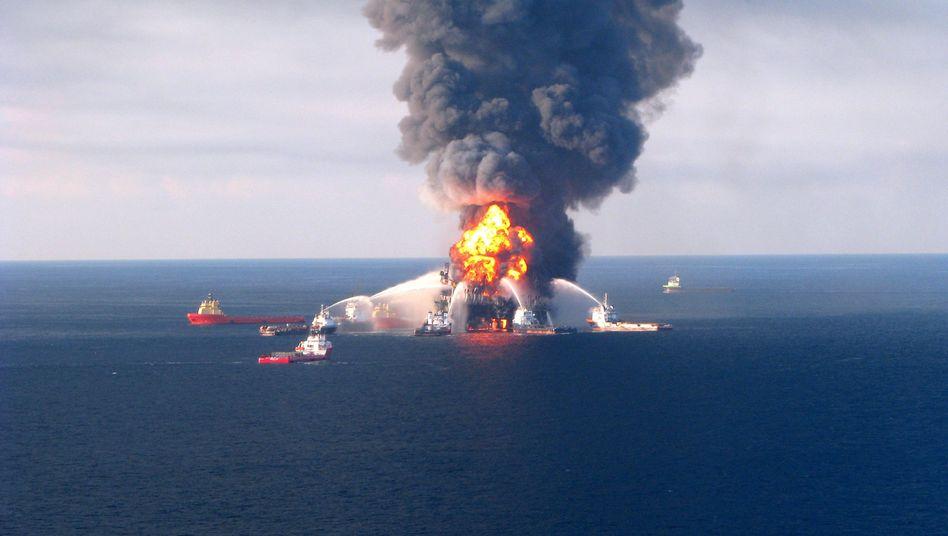 """""""Deepwater Horizon"""": Die brennende Ölplattform am 22. April 2010"""