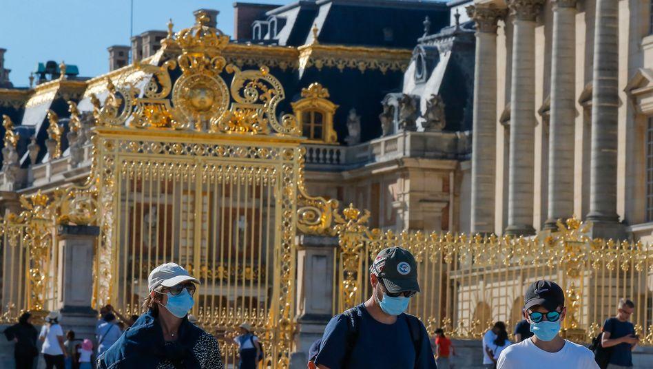 Mundschutz wird an zentralen Orten in Paris wieder zur Pflicht - so wie hier am Schloss Versailles
