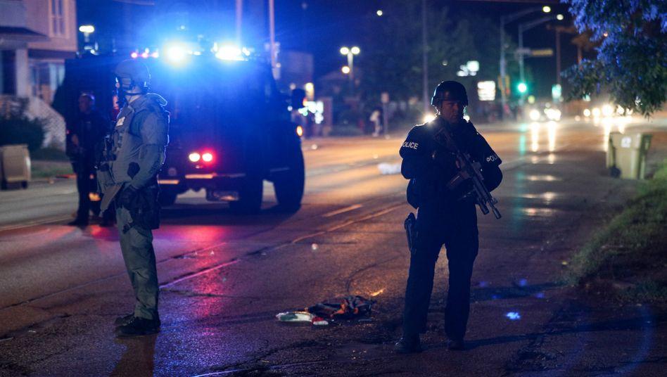 Bewaffnete stehen auf einer Straße in Kenosha, Wisconsin