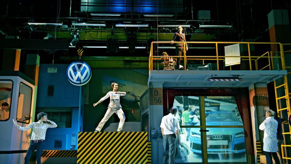 "Anmutiger Tanz neben aufklärenden Recherchefilmen: Szene aus Stefan Kaegis ""Volksrepublik Volkswagen"""