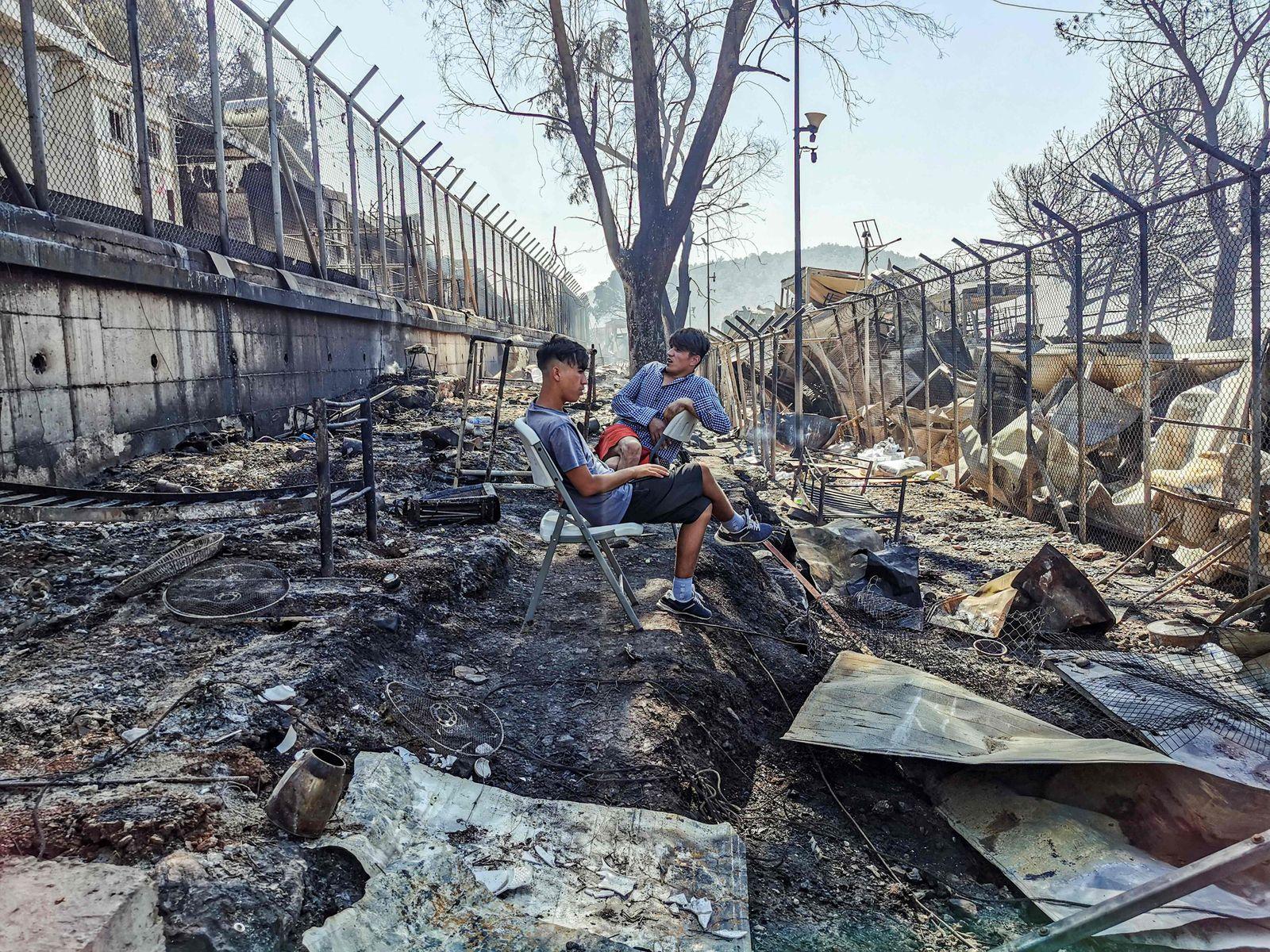 TOPSHOT-GREECE-MIGRANTS-EUROPE-CAMP-FIRE