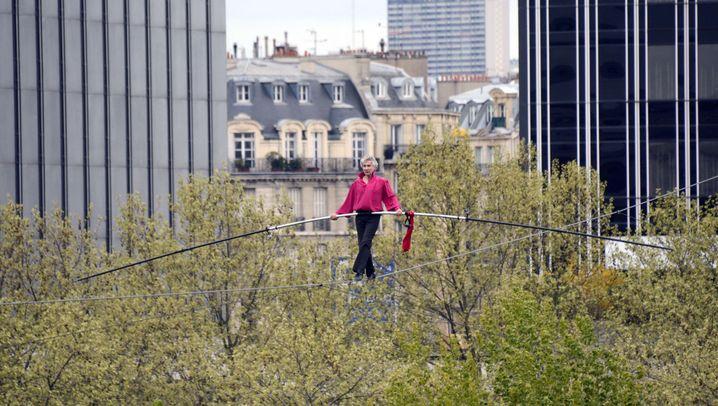 Drahtseilakt in Paris: Eine halbe Stunde über der Seine