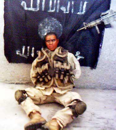 Als US-Soldat ausgegebene Puppe: Die goldene Regel des Terrorismus