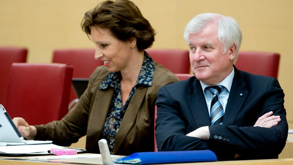 Haderthauer und Ministerpräsident Seehofer: Gegen die Staatskanzleichefin kann nun ermittelt werden