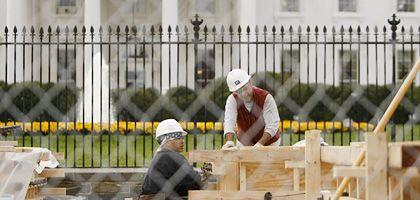 Das Rennen um die besten Plätze hat begonnen: Bauarbeiter errichten vor dem Weißen Haus an der Pennsylvania Avenue Zuschauertribünen für die Amtseinführung Barack Obamas