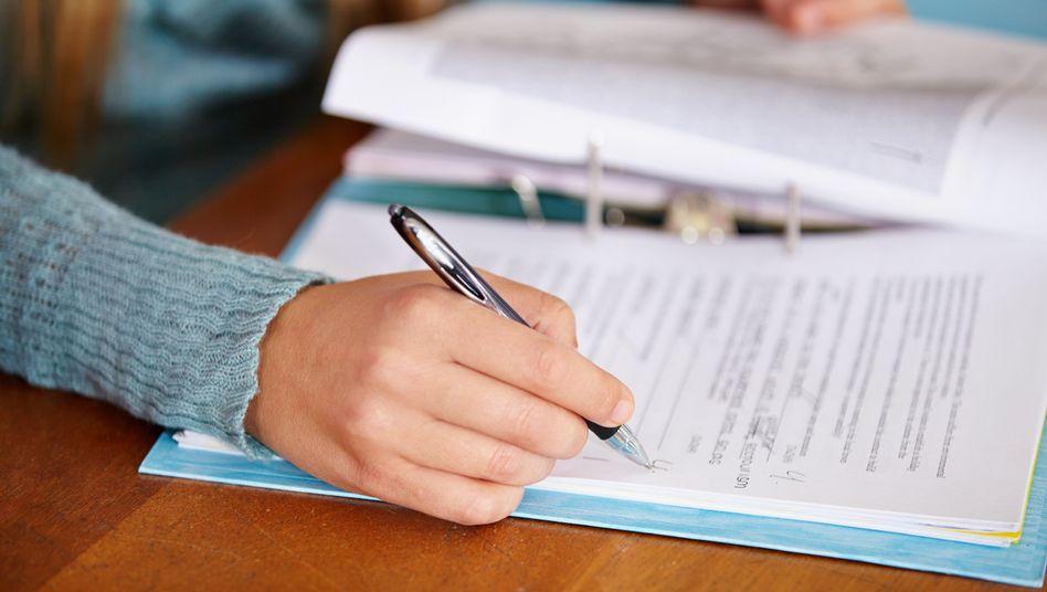 Das Korrigieren von Klassenarbeiten beschäftigt Lehrer meist noch am heimischen Schreibtisch
