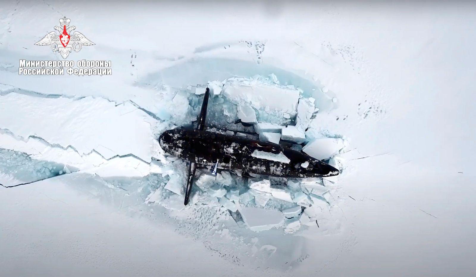 Russische U-Boote durchbrechen bei Übung meterdickes Arktis-Eis