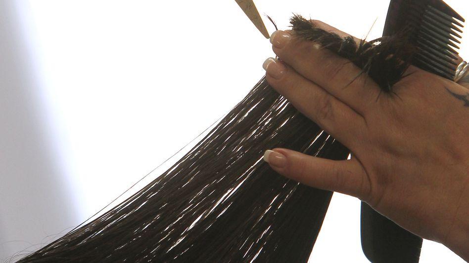 Friseurin bei der Arbeit: Haare schneiden könnte in Zukunft mehr kosten