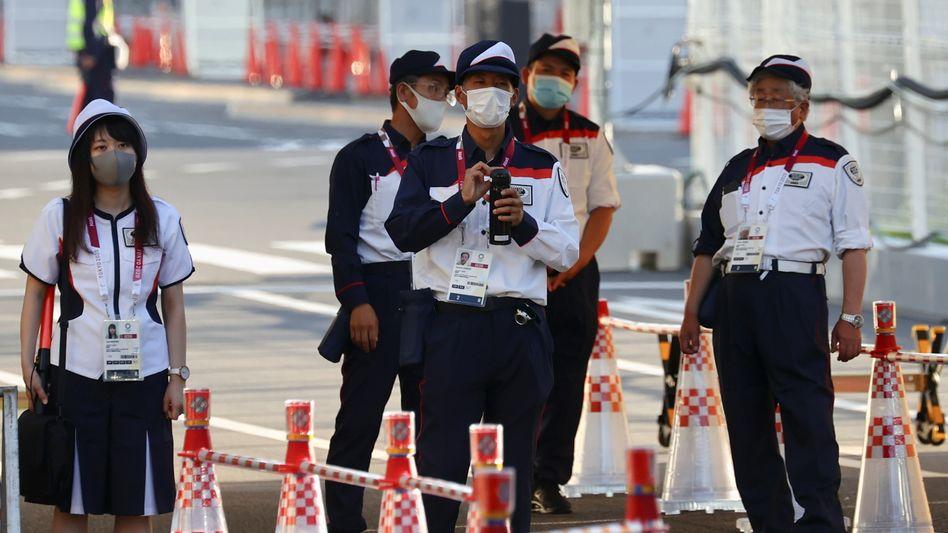 Sicherheitskräfte am Eingang des olympischen Dorfes