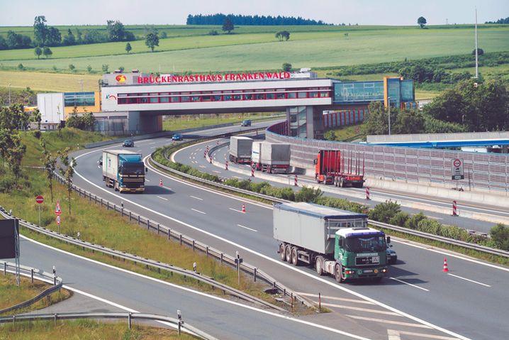 Raststätte Frankenwald: Das Brückenrestaurant der Raststätte Frankenwald. Ein zweites Gebäude quer über der Autobahn gibt es auf der A1 zwischen Bremen und Osnabrück - die Raststätte Dammer Berge.