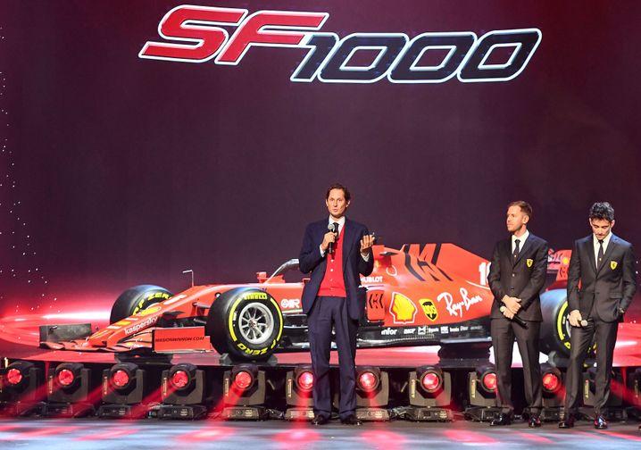 Ferrari-Vorstandsvorsitzender John Elkann (l) und die Piloten Sebastian Vettel und Charles Leclerc (r)