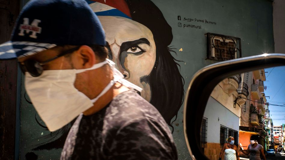 Mann mit Mundschutz in Havanna: Dem Virus akribisch nachgespürt