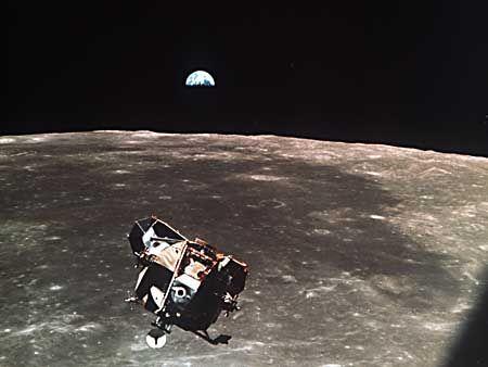 Die Mondfähre über dem Mond kurz vor dem Ankoppeln an die Apollo-11-Kapsel