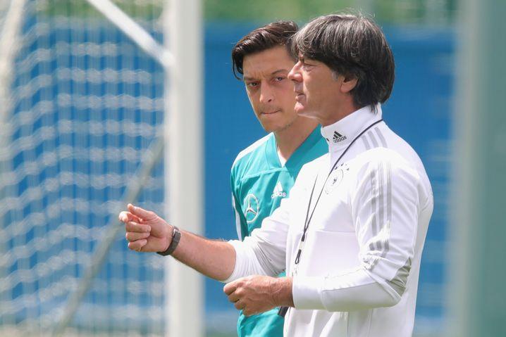 Joachim Löw (r.) mit Lieblingsspieler Özil