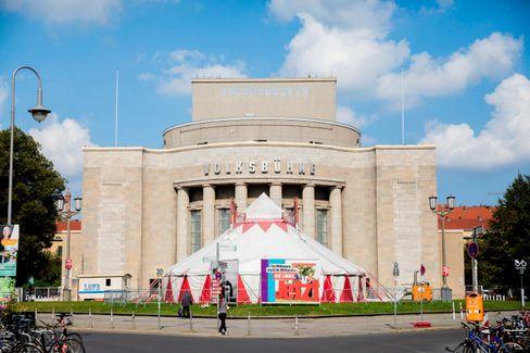 Theatervorplatz der Volksbühne: Zirkuszelt nebst Lederer-Plakat