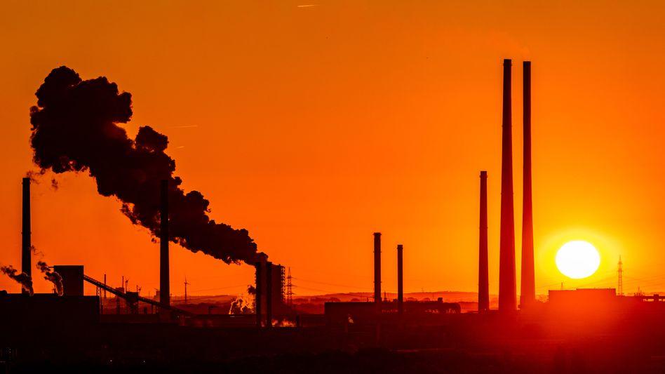 Sonnenuntergang vor einer Industrieanlage in Duisburg: 1,5-Grad-Grenze könnte bereits 2030 überschritten werden