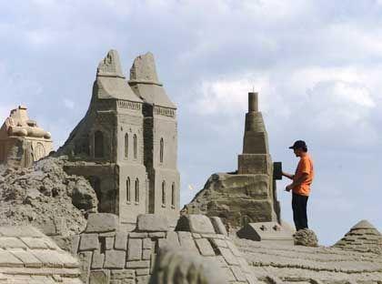 Sandworld 2002 in Travemünde: Reparaturen nach starken Regenfällen