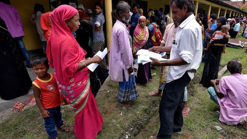 Dorfbewohner in Assam suchen ihre Namen im neuen Bürgerregister