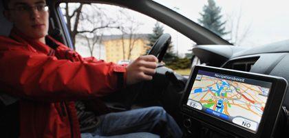 Blackbox an Bord: Tester Nils Bruchmann in Potsdam mit einem sogenannten virtuellen Begleiter für junge Fahrer