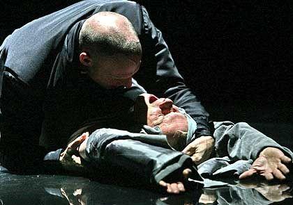 Faust (Edgar Selge, rechts) und Mephisto (Joachim Meyerhoff): Brutaler Kuss vom Herrn der Finsternis