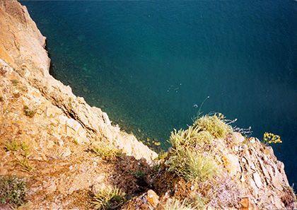 Glasklares Wasser, dem die Tiefe die dunkle Farbe verleiht