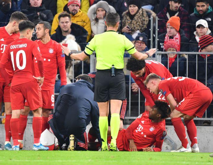 Schock beim Schaulaufen: Kingsley Coman (am Boden) verletzte sich in der ersten Hälfte