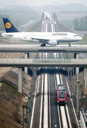 Flugzeug und Bahn: Bahnverkehr benötigt aufwendige Infrastruktur - was die CO2-Bilanz verschlechtert
