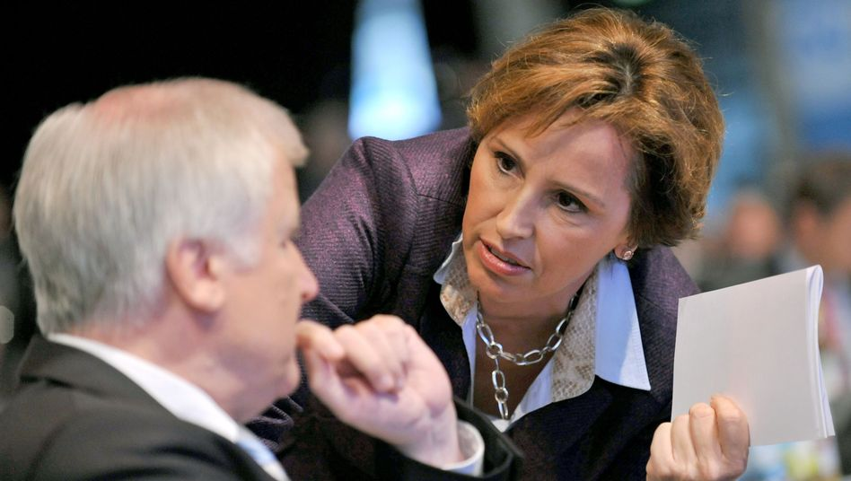 CSU-Politikerin Haderthauer (mit Ministerpräsident Seehofer, Archivbild): Verfahren eröffnet