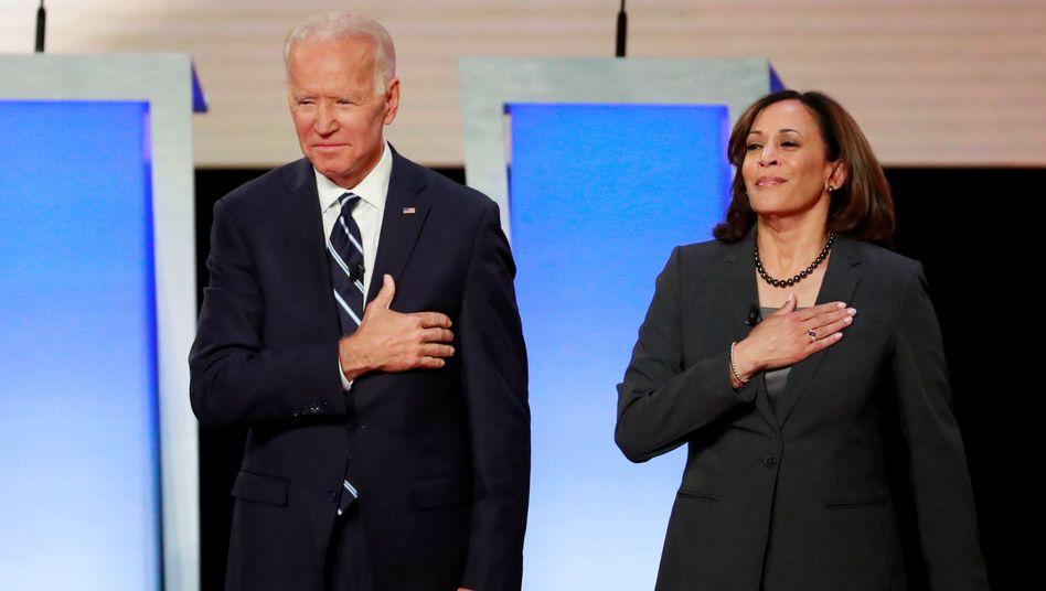 Ein Bild aus anderen Zeiten: Im vergangenen Jahr traten Kamala Harris und Joe Biden als Kontrahenten in den Vorwahlen der Demokraten bei einer Reihe von TV-Duellen an