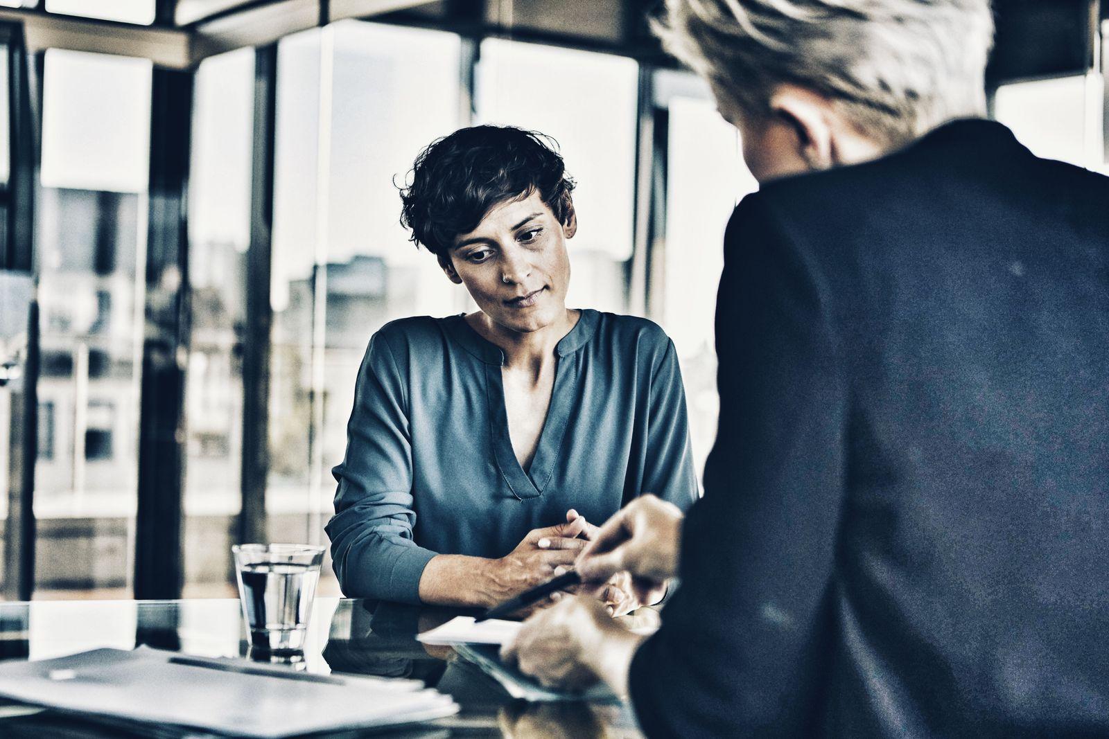 Two businesswomen talking at desk in office model released Symbolfoto property released PUBLICATIONx