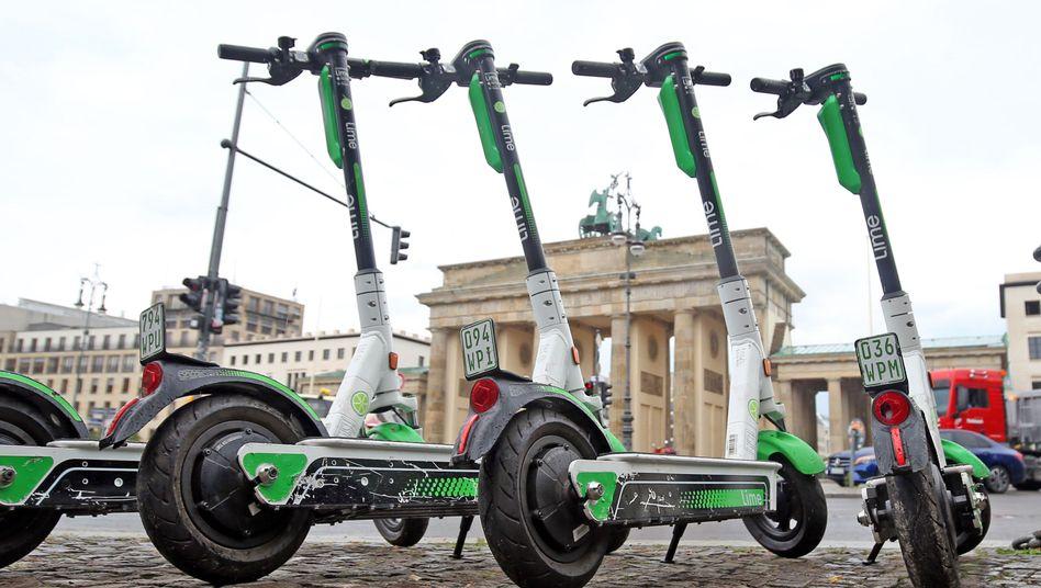 Schluss mit dem Rollerchaos: Berlin will auch geparkte E-Scooter künftig von Gehwegen verbannen - andere Städte geben sich dagegen gelassen