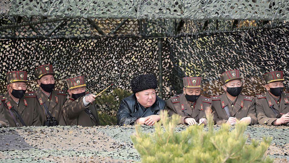 Nordkoreas Diktator Kim Jong-un (im März bei einer Militärübung): Offiziell keine einzige Infektion