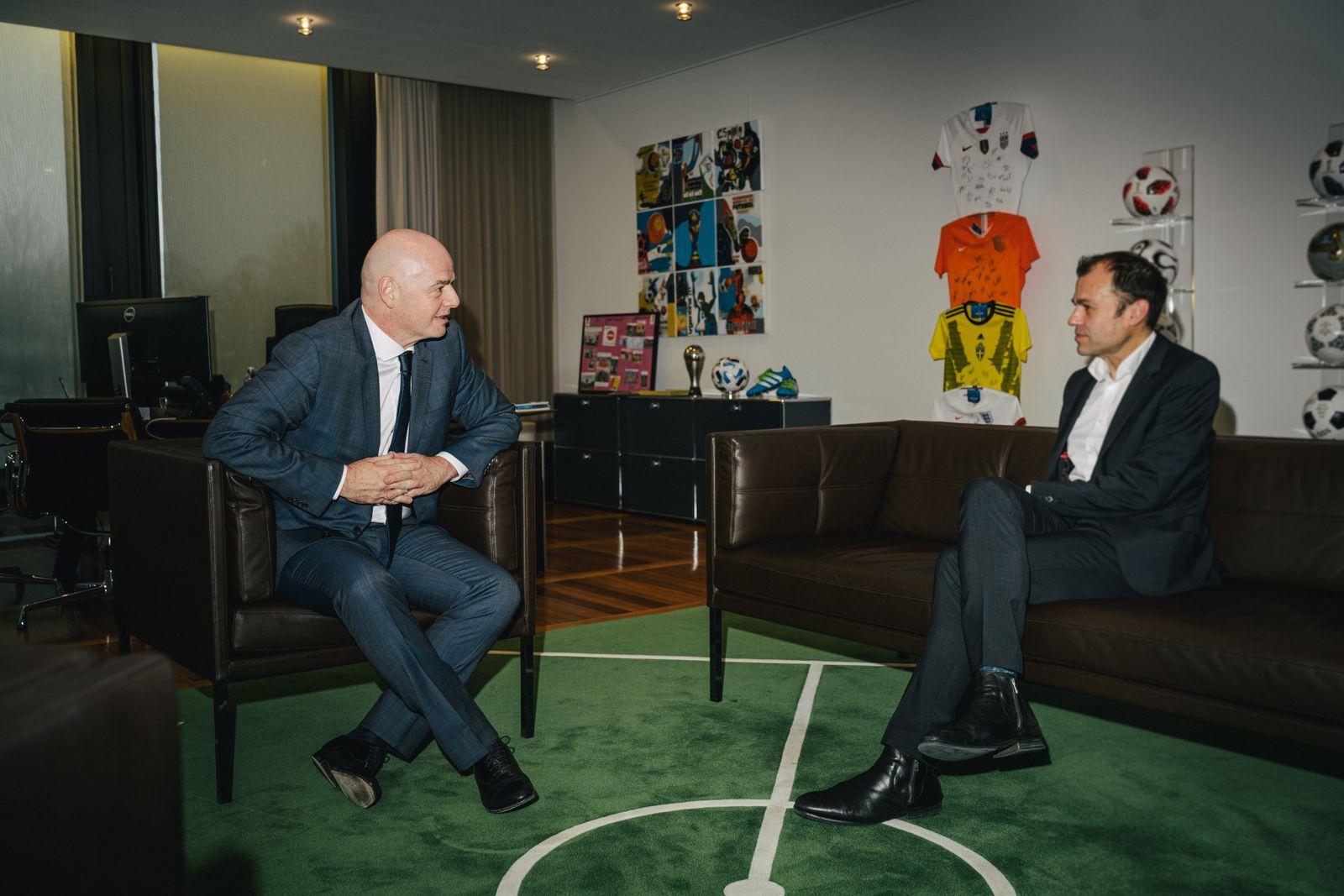 Giovanni Vincenzo Infantino, schweizerisch-italienischer Fussballfunktionär und Jurist, Präsident des Weltfussballverbandes FIFA, fotografiert am Sitz der FIFA in Zürich, Schweiz, hier mit Autor Marc Hujer