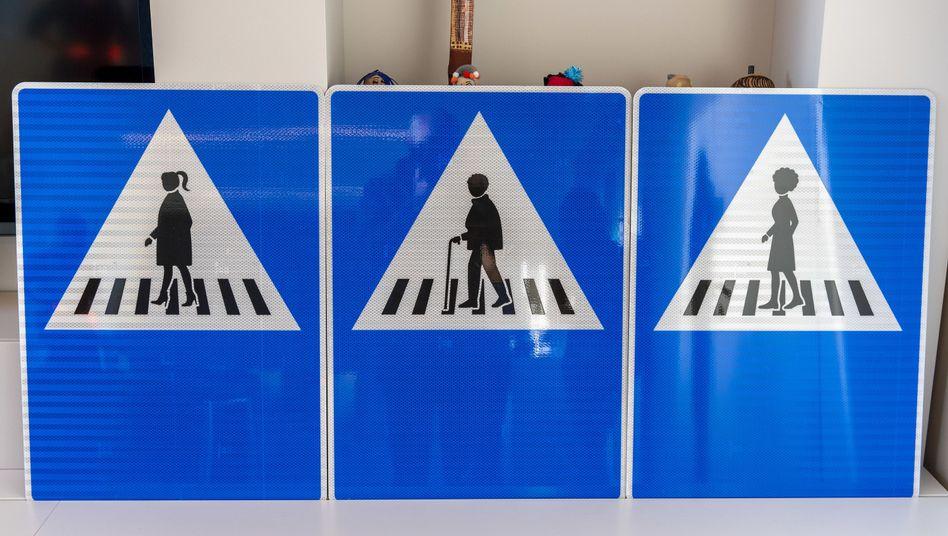 Neue Straßenschilder in Genf - sie sollen der Stadt zufolge das Gefühl der Legitimität für alle im öffentlichen Raum fördern